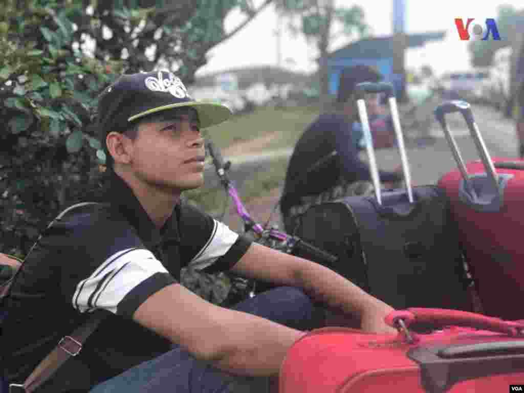 Migrante venezolano espera para cruzar a Brasil porPacaraima. Foto: Celia Mendoza - VOA.
