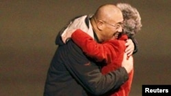 지난 2년간 북한에 억류되었다가 전격 석방된 케네스 배 씨가 8일 미국 워싱턴주에 도착해 어머니와 포옹하고 있다.