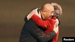2년간 북한에 억류되었다가 전격 석방된 케네스 배 씨가 2014년 11월 8일 미국 워싱턴주에 도착해 어머니와 포옹하고 있다.