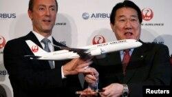 2013年10月7日日本航空公司总裁植木义晴(右)和欧洲飞机制造商空中客车公司总裁兼首席执行官法布里斯-布利叶在日本航空公司联合新闻发布会