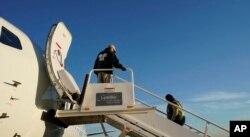 지난해 11월 미국에 불법입국했다가 추방 결정이 내려진 이민자가 엘살바도르 행 비행기에 타고 있다. (자료사진)