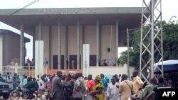 Des Togolais devant la cour de Justice à Lomé, le 1er septembre 2011.