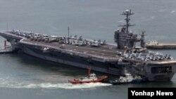 미 해군 7함대 소속 항공모함인 조지워싱턴호(9만7천t)가 11일 한국 해군 부산기지에 입항하고 있다.