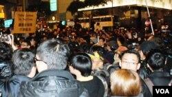 大批「倒梁」示威者晚間在中環鬧市與警方對峙,最後警方拘捕多名示威者