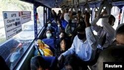 Para penumpang berangkat kerja dengan bus kota di Jakarta (foto: ilustrasi/ REUTERS/Beawiharta).