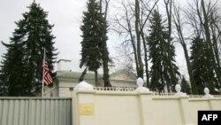 Фото: прапор США на території Посольства США в Білорусі