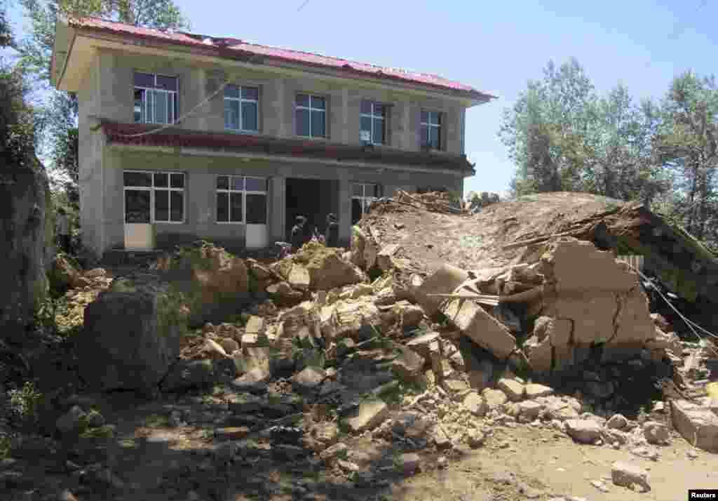 22일 중국 간쑤성 딩시 시에서 강력한 지진으로 무너진 주택.