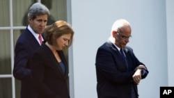 30일 백악관에서 비공개로 만난 존 케리 미 국무장관(왼쪽), 치피 리브니 이스라엘 수석대표(가운데), 사에브 에레카트 팔레스타인 대표(오른쪽)가 회담장을 나서고 있다.