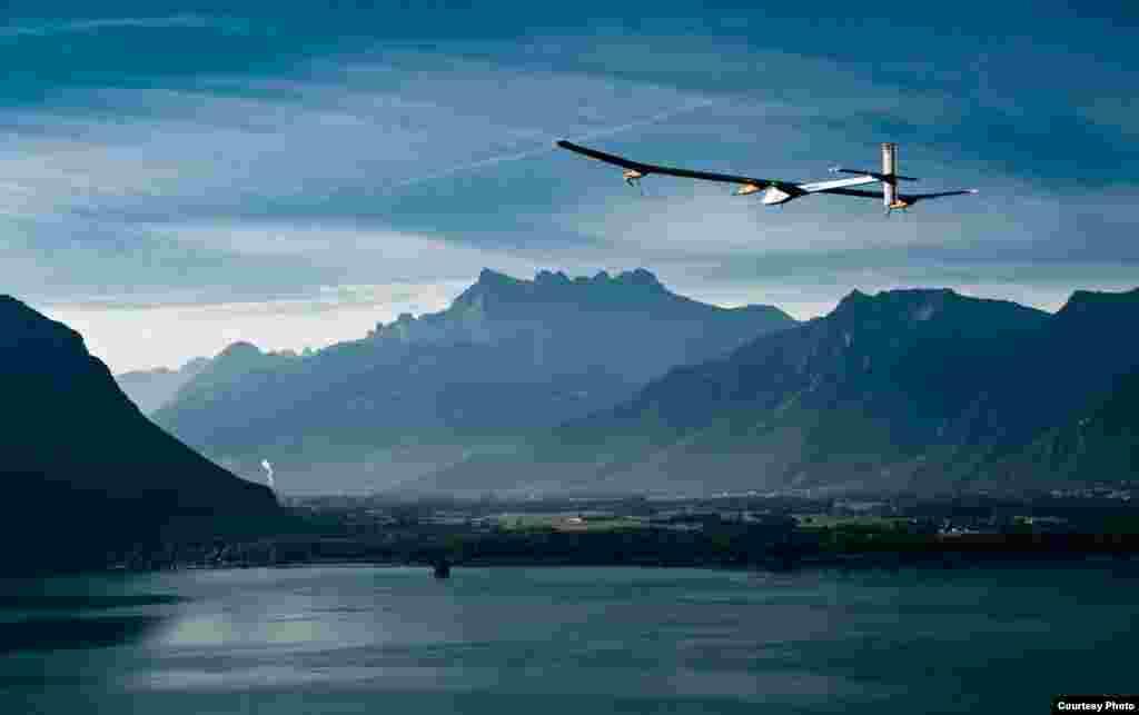 """Польот """"Solar Impulse"""" у Швейцарії, 2010. (Jean Revillard/Rezo.ch)"""