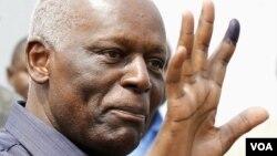 安哥拉总统多斯桑托斯在2012年8月31日的全国大选后向摄影记者显示他投票后的手指 (资料照片)