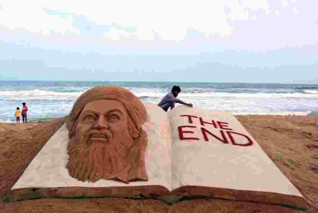 El artista de arena hindú, Sudarshan Pattnaik, da los toques finales a una escultura que conmemora la muerte de Osama bin Laden.