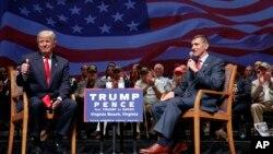共和党总统候选人川普和美军陆军退役中将弗林在弗吉尼亚州的一个竞选集会上,川普对弗林竖起大拇指。(2016年9月6日)