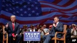 川普和退役中将弗林在维吉尼亚州的竞选大会上(2016年9月6日)。川普当选后任命弗林担任国家安全顾问