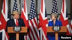 """Donald Trump, criticó el lunes a la primera ministra británica Theresa May y su embajador en Washington, mientras que Reino Unido expresó su pesar por la filtración de memorandos confidenciales en los que toldan de """"inepto"""" el gobierno de Trump."""