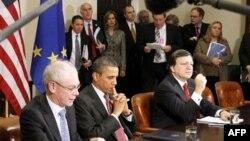 Tổng thống Obama (giữa) họp với Chủ tịch Hội đồng châu Âu Herman Van Rompuy và Chủ tịch Ủy hội châu Âu José Manuel Barroso (phải) tại Tòa Bạch Ốc, Washington, 28/11/2011