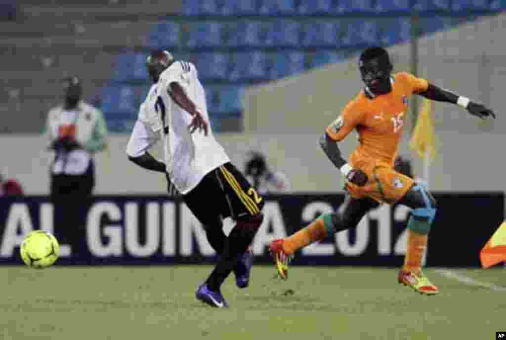 Max Gradel (R) of Ivory Coast fights for ball with Marco Ibraim de Sousa Airosa of Angola during their African Nations Cup soccer match in Malabo January 30, 2012.