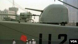 Kapal perang Tiongkok di Qingdao, bagian timur propinsi Shandong (foto:dok). Tiongkok menghabiskan dana milyaran untuk merenovasi alat-alat militer mereka