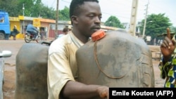 Un vendeur d'essence de contrebande à Porto Novo au Bénin le 3 juin 2006.