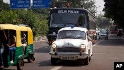 Sebuah mobil polisi menbuka jalan bagi sebuah van yang membawa empat orang terdakwa pelaku pemerkosaan seorang perempuan di bus di New Delhi, menuju sebuah kompleks pengadilan di New Delhi, India, Rabu (11/9).
