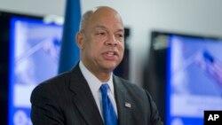 제이 존슨 미 국토안보부 장관이 16일 워싱턴의 연방 긴급사태 관리청 FEMA에서 새로운 테러 경보 시스템에 대해 발언하고 있다.