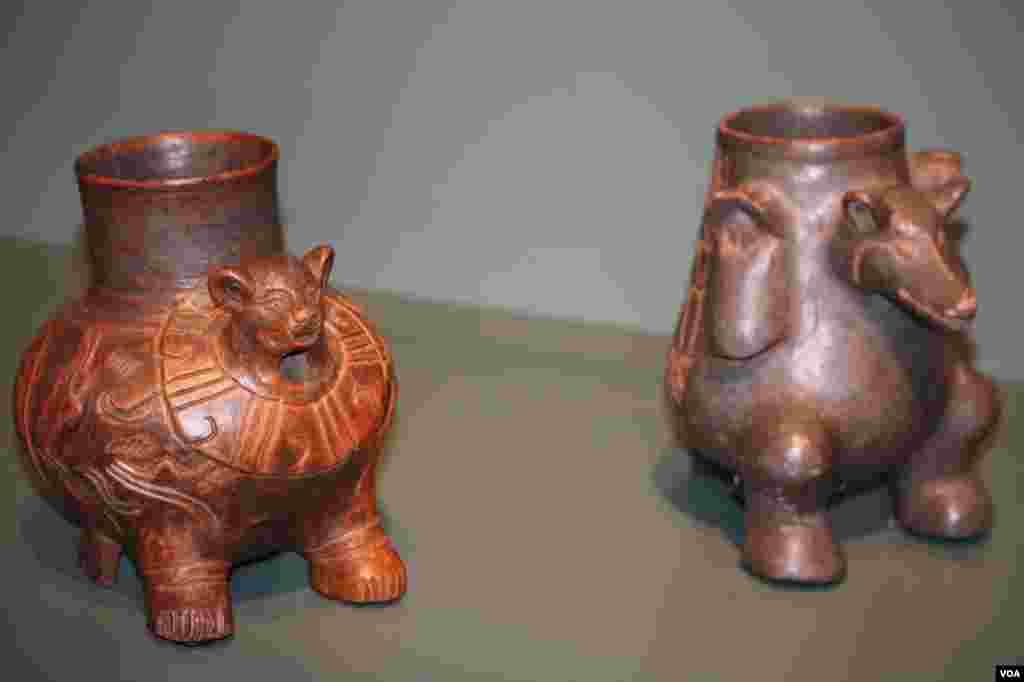 Cuenca trípode en forma jaguar, 900-1200 dC. Suchitoto, Departamento de Cuscatlán, El Salvador. Cerámica, engobe. Coleccionado por Samuel K. Lothrop, 1924.