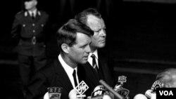 Willy Brandt (sağda) 1964'de Berlin'de dört yıl sonra ABD başkan adayı iken öldürülen Robert Kennedy ile