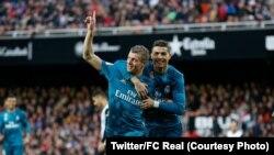 Cristiano Ronaldo, à droite, célèbre le 4e but du FC Real avec son co-équipier Toni Kroos lors d'un match remporté 4-2 contre Valence, au stade Mestalla, 27 janvier 2018. (Twitter/FC Real)
