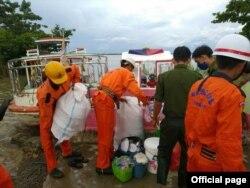 ပဲခူးတိုင္းေဒသႀကီး၊ ပန္းေတာင္းၿမိဳ႕နယ္၊ ထုံးဘိုေက်း႐ြာအုပ္စု၊ ခတၳိယရပ္ကြက္တြင္ ဧရာဝတီျမစ္ေရျမင့္တက္လာမႈေၾကာင့္ ေဒသခံေတြကို ေဘးလြတ္ရာ ေရႊ႕ေျပာင္းေပးေနတဲ့ ျမင္ကြင္း။ (ဓာတ္ပံု Myanmar Fire Services Department - ဇူလိုင္ ၂၈၊ ၂၀၂၀)