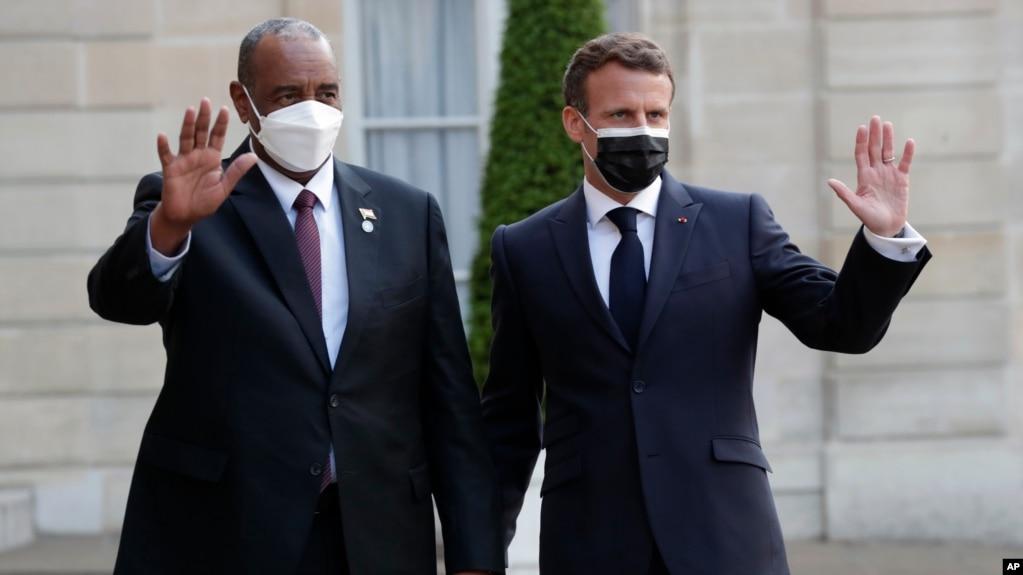 Perezida w'Ubufaransa, Emmanuel Macron, yakira perezida wa reta mfatakibanza ya Sudani, Abdel Fattah al-Burhan, kuri champ Elysee, i Paris, kw'itariki ya 17/05/2021.