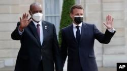 Perezida wa leta y'inzibacyuho muri Sudani Jenerali Abdel Fattah al-Burhan, ari kumwe na Perezida Emmanuel Macron w'Ubufaransa i Paris mu murwa mukuru