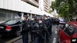 Agentes policiais franceses após ataque em Paris, 25 setembro 2020