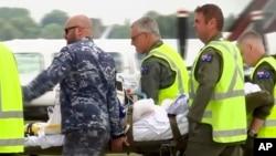 Turis yang terluka akibat meletusnya gunung berapi di Pulau Putih, diangkut dengan helikopter milik Angkatan Udara Australia di Hamilton, Selandia Baru, 12 Desember 2019.
