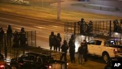 La policía en Minsk, Bielorrusia bloquea una vía para protegerse de manifestantes después de la elección presidencial del domingo en Minsk. Agosto 10 de 2020.