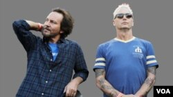 Eddie Vedder (L) lead singer of the rock band Pearl Jam, and guitarist Mike McCready.