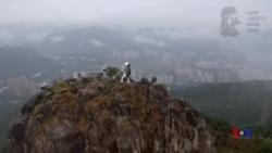抗議者在香港獅子山上豎起自由民主女神像