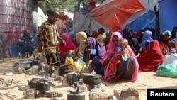 Des familles somaliennes, déplacées après des frappes aériennes américaines près de Mogadiscio, en Somalie, le 12 mars 2020.