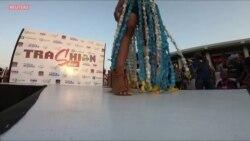 """Le """"Trashion show"""", un défilé de mode unique avec des ordures recyclées"""