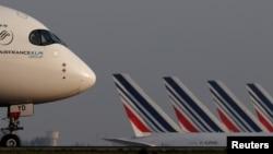 Zrakoplov Air Francea Airbus A350 slijeće u zračnu luku Charles-de-Gaulle u Roissyju, blizu Pariza, 2. travnja 2021. godine.