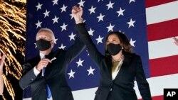El exvicepresidente Joe Biden y la senadora Kamala Harris festejan el final de la Convención Nacional Demócrata que ha servido para confirmar su candidatura a la Casa Blanca.