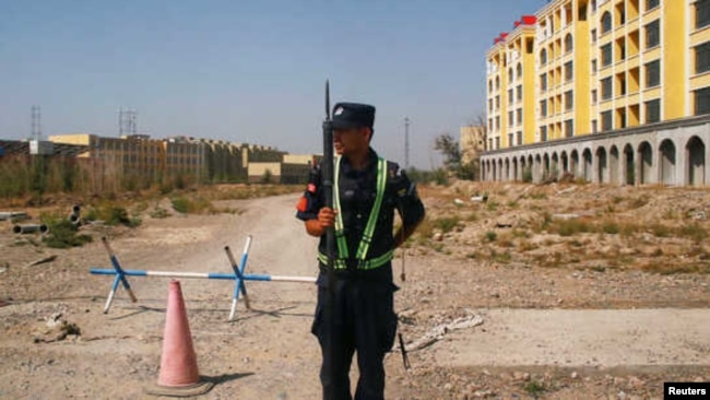 中国警察在新疆维吾尔自治区伊宁市称为职业教育中心附近的道路上执勤。