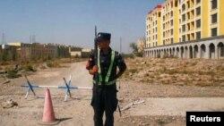 """Công an Trung Quốc canh giữ tại các trại """"huấn nghiệp"""" trong khu vực Tân Cương."""