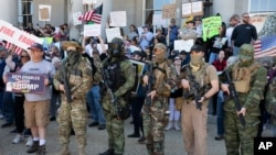 2020年5月2日,包括布加盧運動的一些人在新罕普什爾州首府康科德的州議會錢示威抗議因疫情強行使企業關門。