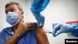 Dobrovoljac prima vakcinu kao učesnik u studiji izrade vakcine protiv COVID-19, u Istraživačkom centru Amerike u Hollywoodu.