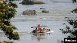 Chuyên gia Trung Quốc đi khảo sát trên Sông Mekong.