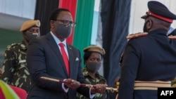 马拉维当选总统查克维拉在国防军总部卡穆祖兵营举行的就职典礼上接受总司令指挥剑。(2020年7月6日)