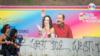 Dos mujeres pasan frente a un cartel con la imagen del presidente Daniel Ortega y su esposa, Rosario Murillo, en Managua.