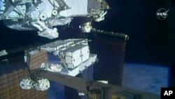 Астронавты НАСА Кристина Кох и Эндрю Морган работают за пределами МКС. 6 октября 2019 г.