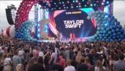 Passadeira Vermelha #29: os vencedores dos Teen Choice Awards, Burna Boy nas listas das melhores, celebridades latinas combatem estereótipos