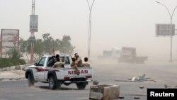 Anggota pasukan separatis Yaman dukungan Uni Emirat Arab berpatroli setelah bentrok dengan pasukan pemerintah di Aden, Yaman, 10 August 2019. (Reuters/Fawaz Salman)