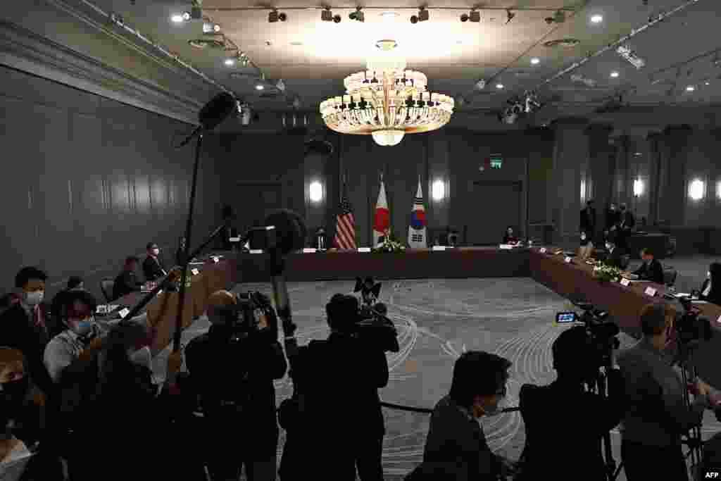 토니 블링컨 미국 국무장관과 정의용 한국 외교부 장관, 모테기 도시미쓰 일본 외무상이 주요 7개국(G7) 외교장관 회의가 열리는 영국 런던에서 회담했다.
